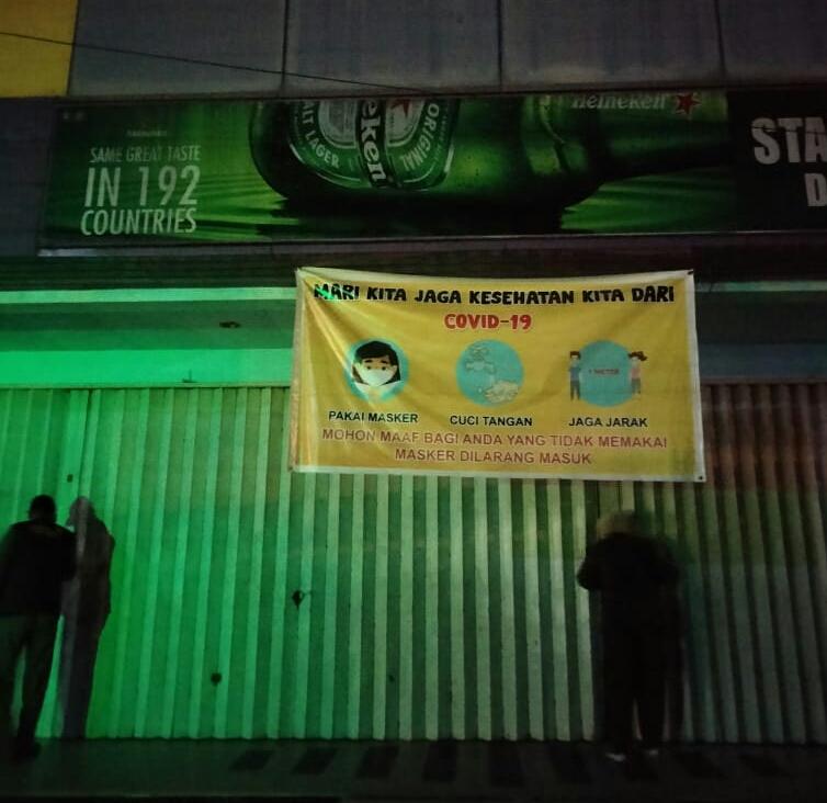 Foto saat pintu Star KTV digedor oleh Satpol PP Dumai beserta petugas gabungan, Sabtu (7/11/2020) (ist)
